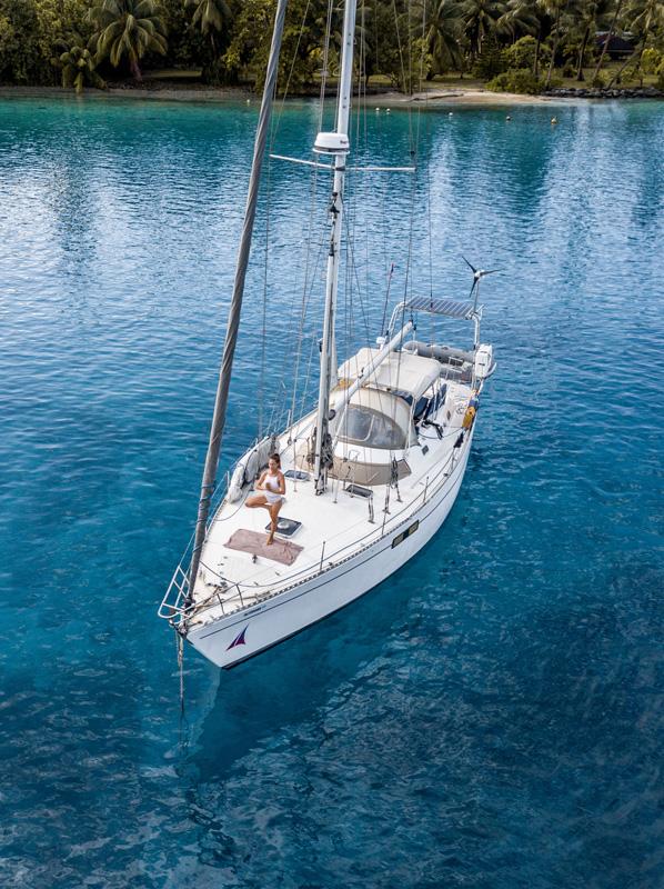 women-sailing-cruising